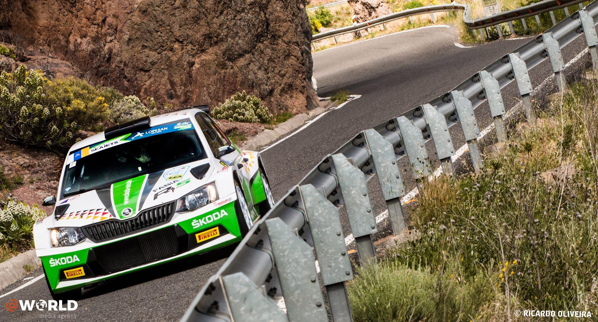 """En 2019, Martins Sesks, âgé de seulement 19 ans, aura donc l'opportunité de se frotter aux autres pilotes de l'ERC Junior U28. Si pour l'heure seul deux épreuves, à savoir :le Rally Islas Canarias et le Rally di Roma Capitale, figurent à son programme, d'autres rallyes pourraient venir compléter sa saison. Deux manches auxquelles il participera au volant d'une Skoda Fabia R5 alignée par le team Motorsport Italia et chaussée de pneus Pirelli. """"Évidemment, l'espoir est que Martins soit en mesure d'ajouter d'autres rallyes et de trouver le financement supplémentaire nécessaire pour disputer une saison complète en ERC Junior U28. Et en se basant sur le potentiel qu'il a montré pour l'instant, il n'y a aucune raison qu'il ne puisse jouer le titre en 2019 et ainsi recevoir un nouveau prix en vue de 2020."""""""